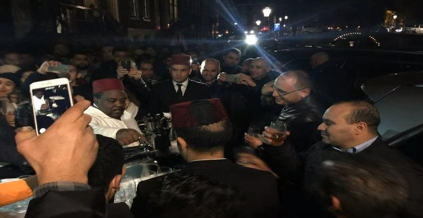 بالفيديو. الملك محمد السادس يوزع الحلوى والشاي على مغاربة هولندا