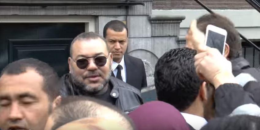 الملك محمد السادس يغادر إقامته بأمستردام والمغاربة يودعونه بالزغاريد والبكاء