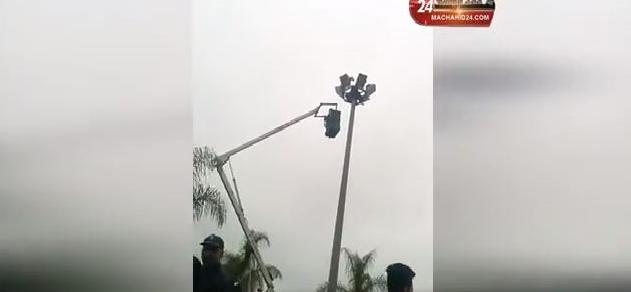بائع متجول يحاول الانتحار من فوق أعلى عمود إنارة بتمارة!