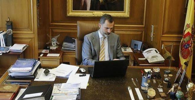 عاهل إسبانيا يؤجل زيارتين للخارج واستطلاعات الرأي تعاقب بوديموس
