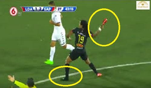 بالفيديو: لاعب يفقد أعصابه وينتقم من معرقله بطريقة لن تخطر على بالك