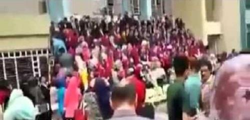 بالفيديو: سقوط منصة بطلاب صيدلة أثناء حفل تخرجهم