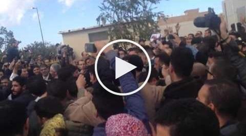 بالفيديو: تدافع ومنع بنكيران من الوصول لسيارته بوجدة