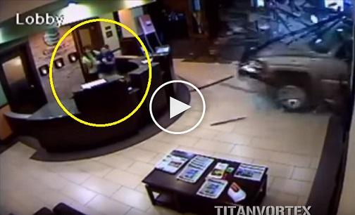 بالفيديو: شخص يقتحم الفندق بشاحنته اعتراضا على فاتورة إقامته