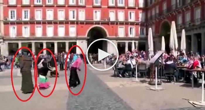 بالفيديو : جماهير فريق هولندي يتلذذون بإذلال غجريات باسبانيا