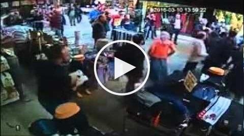 بالفيديو: مارة ينهالون بالضرب على رجل اعتدى على طفل سوري بوحشية