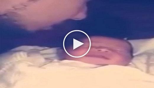 بالفيديو: رد فعل طفل يسمع الأذان لأول مرة