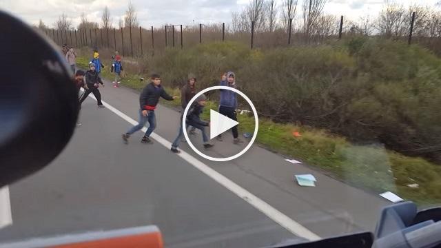 بالفيديو: سائق شاحنة يُحاول دهس لاجئين عمداً