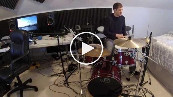 بالفيديو: عازف واحد يتحول إلى فرقة موسيقية مكتملة