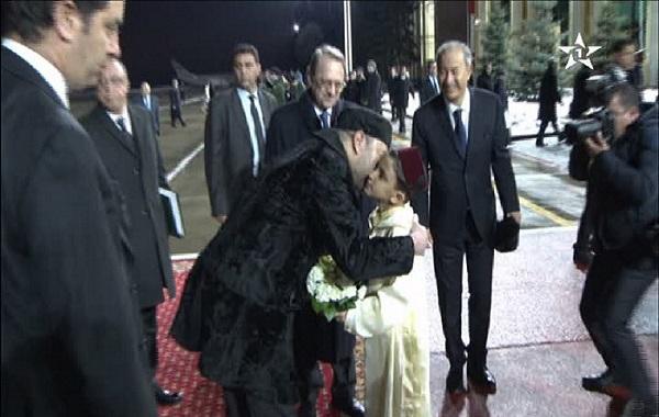 بالفيديو: طفل يستقبل الملك محمد السادس باللباس المغربي في روسيا