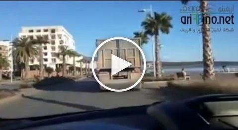 بالفيديو: شاحنة من الحجم الكبير تسير بسرعة جنونية بكورنيش الناظور