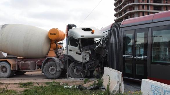 بالفيديو: حادث ترامواي الدار البيضاء وشاحنة اسمنت