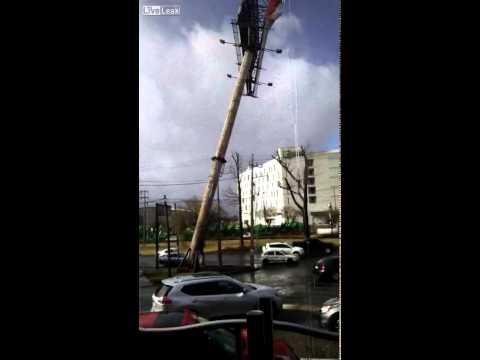بالفيديو: لحظة سقوط لوحة إعلانات عملاقة على سيارتين بالشارع العام