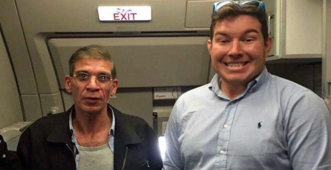 سيلفي مع خاطف الطائرة المصرية .. جواز سفر للنجومية
