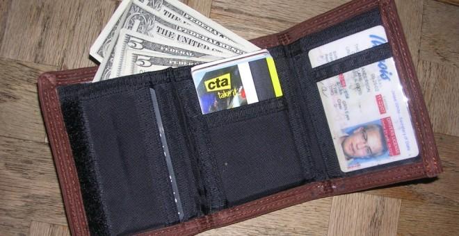 شاهد.. ماذا تفعل لو أسقط أحدهم محفظته أمامك؟