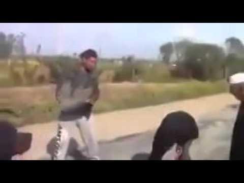 """بالفيديو. مواطنون يكشفون عن فضيحة في """"تزفيت"""" الطرقات"""