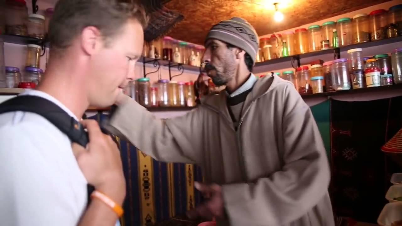 تاجر مغربي يبهر سياح ألمان بإتقانه اللغة الألمانية