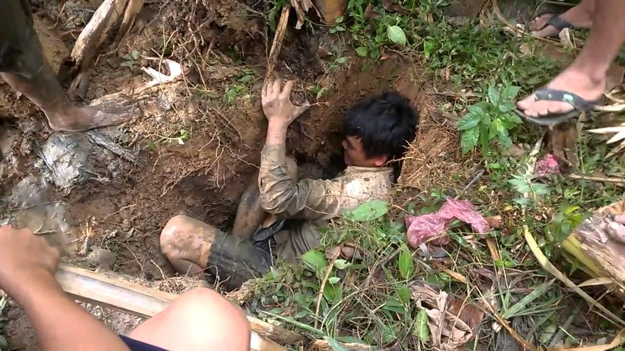 فيديو غريب لشاب يحفر الأرض ليقوم بإصطياد سمكة تحت شجرة الموز