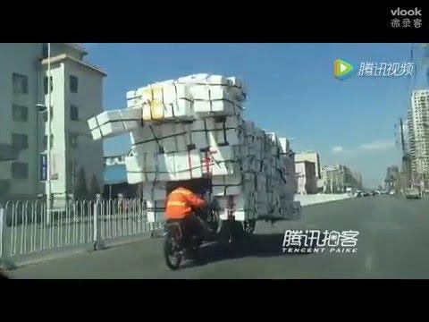 بالفيديو.. عامل صيني يحمل 200 صندوق فوق دراجته