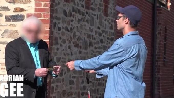 بالفيديو: أعمى يختبر أمانة المارة والنتيجة صادمة جدا!!