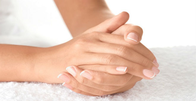 بعد انقضاء الشتاء .. عالجي تشققات اليدين بطرق طبيعية
