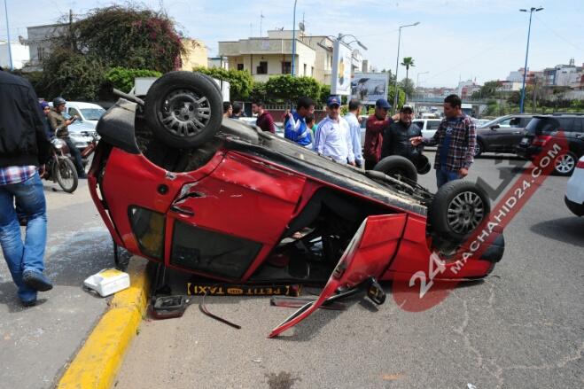 بالصور.. حادثة سير مروعة بين سيارتي أجرة بالبيضاء