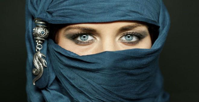 خاص بالمحجبات.. وصفات مدهشة لتعطير الحجاب طوال اليوم