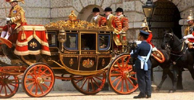 ملكة بريطانيا .. جمعت التبرعات لفستان زفافها وتسافر دون جواز وتقود بلا رخصة