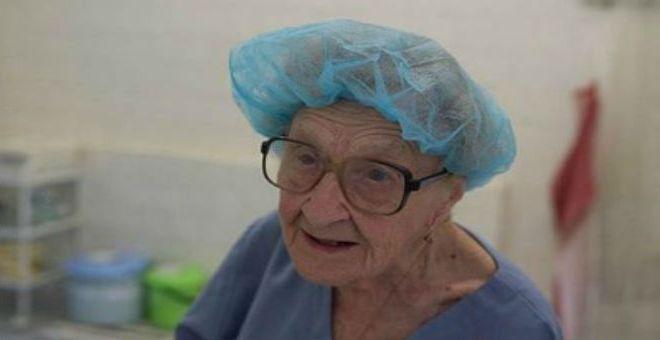 بالصور.. جراحة تجاوزت الـ88 عاما وتستمر في عطائها