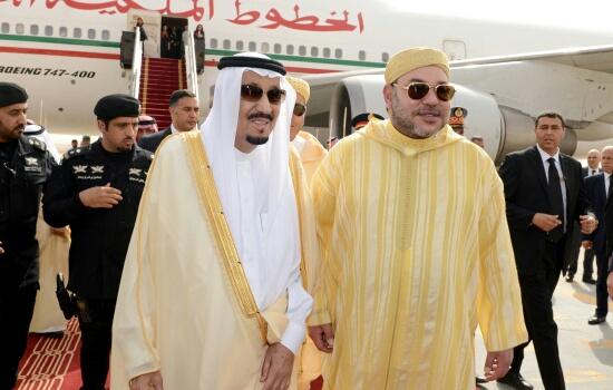 من يرافق الملك في زيارته للسعودية ؟