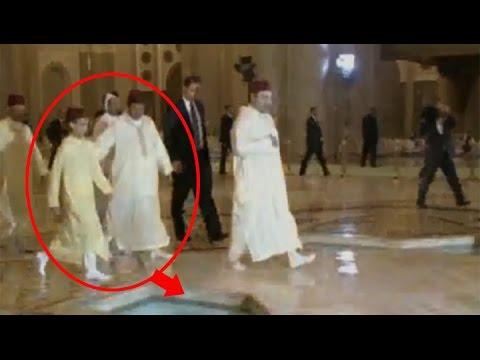 بالفيديو.. يوم أنقذ مولاي رشيد ولي العهد الحسن من السقوط في بركة مياه بمسجد الحسن الثاني