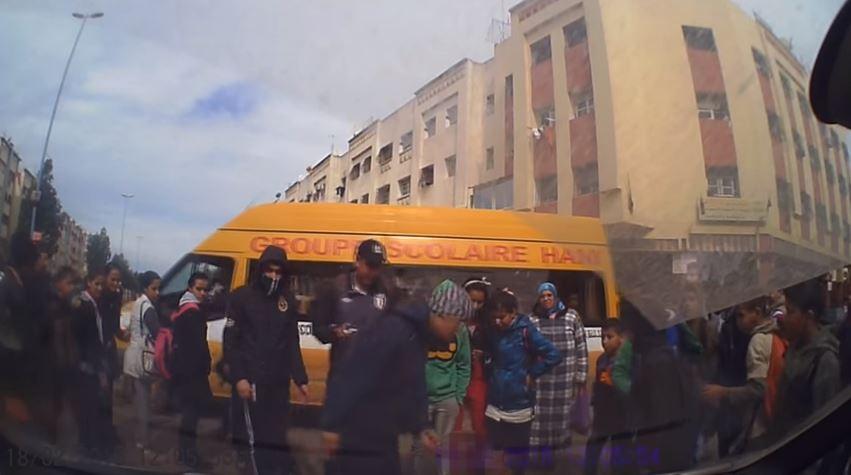 بالفيديو .. سائق دراجة يتظاهر بالإصابة والكاميرا تكشفه