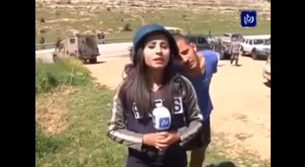 بالفيديو .. إسرائيلي يستفز مراسلة فلسطينية على الهواء