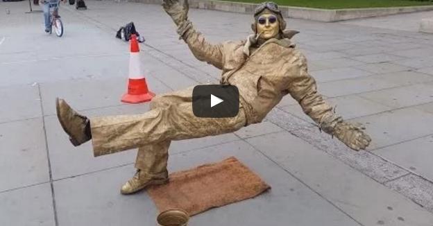 غريب.. رجل يتحدى الجاذبية بحركاته