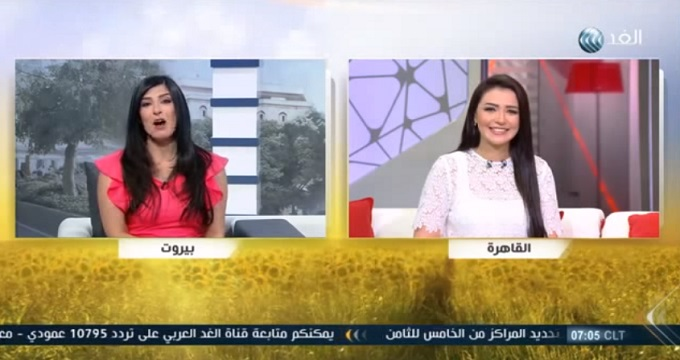 بالفيديو: مذيعة توقع زميلتها في مقلب