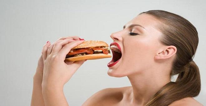 7 أطعمة عليك تجنبها للحفاظ على صحتك وقوامك الرشيق