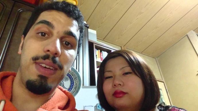 بالفيديو: مغربي يحفظ زوجته اليابانية القرآن قبل دخولها الإسلام