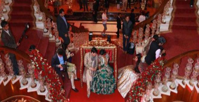71 شاحنة زهور..100 مغن و 150 طباخا.. في زفاف هندي أسطوري
