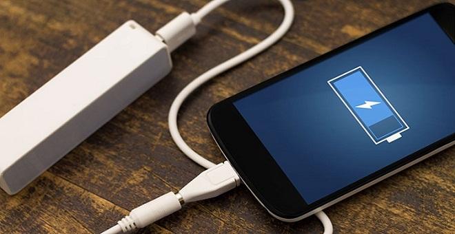 شاب يفارق الحياة إثر صعقة كهربائية بسبب شاحن هاتفه