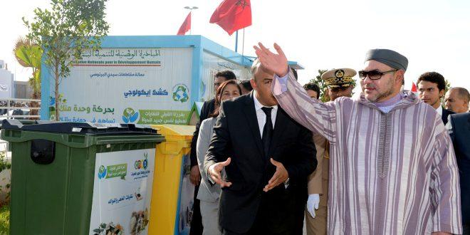 الملك محمد السادس خلال تدشين أحد مشاريع مبادرة التنمية البشرية.
