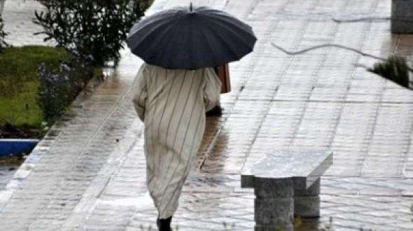نشرة إنذارية: الأمطار متواصلة وعواصف ورياح بهذه المناطق