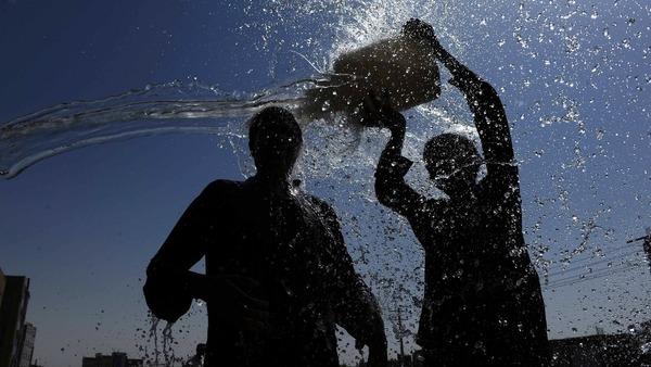 طقس اليوم: أجواء حارة مصحوبة بكتل ضبابية