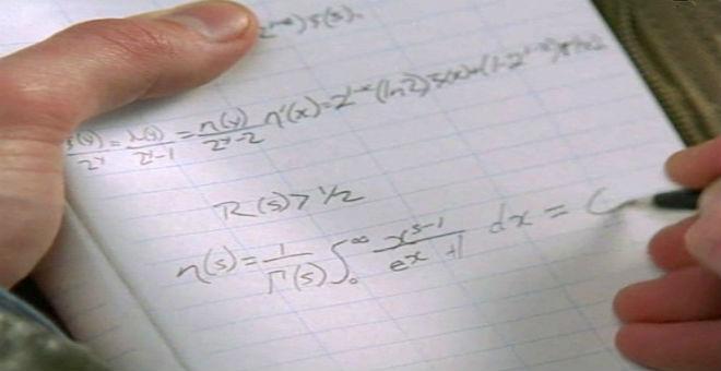 لا تحل المعادلات الرياضية على متن الطائرة..قد تتحول إلى إرهابي!!