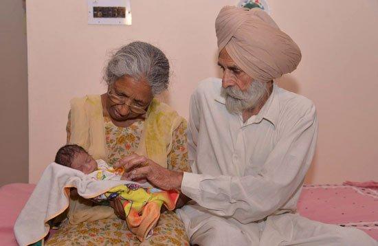 5201611125126794امرأة-هندية-فى-الـ-70-من-عمرها-تنجب-طفلها-الأول-بالتلقيح-الصناعى-(1)