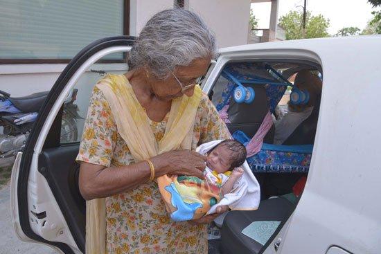 5201611125126794امرأة-هندية-فى-الـ-70-من-عمرها-تنجب-طفلها-الأول-بالتلقيح-الصناعى-(2)