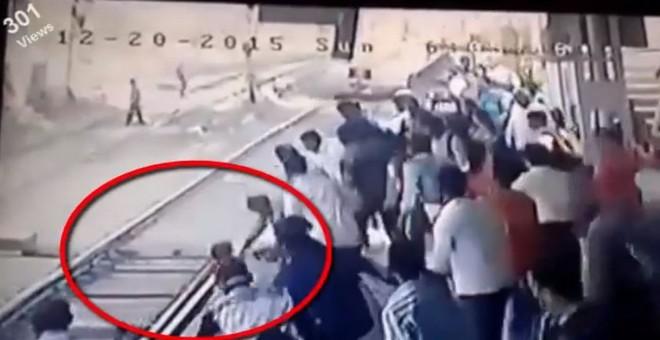 بالفيديو.. رجل ينقذ طفلا صغيرا من أمام قطار في اللحظات الاخيرة