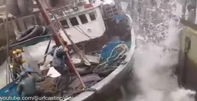 فيديو.. سقوط باخرة من رافعة بميناء طانطان