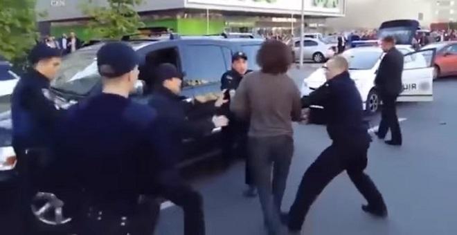 فيديو .. شجار مثير بين بطل مصارعة و7 من رجال الشرطة في أوكرانيا