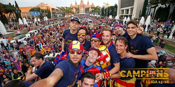 بالصور.. لاعبو برشلونة يحتفلون باللقب مع الأنصار