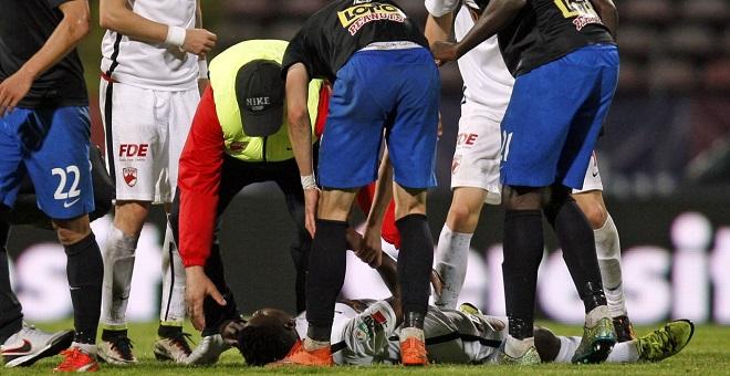 بالفيديو...وفاة لاعب كاميروني مباشرة بعد دخوله أرضية الملعب